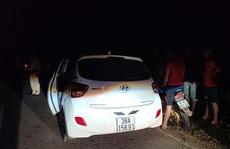 Tài xế cố thủ trong xe rồi bất ngờ nhấn ga hất một CSGT lên nắp capo phóng xe chạy