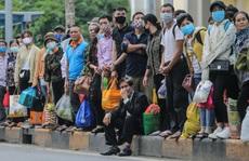 CLIP: Người dân chen chân 'tay xách nách mang' trở lại Hà Nội