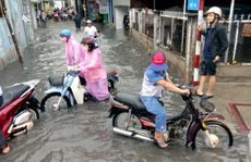 Nhiều khu vực ở TP HCM chìm trong mênh mông nước