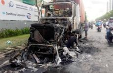 Xe container cháy dữ dội trên xa lộ Hà Nội, nhiều người né dạt