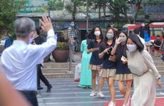 CLIP: Thầy, cô vẫy tay chào học sinh trong ngày trở lại trường