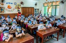 Không bắt buộc học sinh phải đeo nón chống giọt bắn khi đến trường