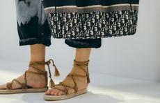 Những đôi sandals đế bệt dành cho các nàng 'sợ độ cao'