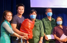 Nghệ sĩ Võ Minh Lâm xúc động trao quà công nhân sân khấu tại Nhà hát Trần Hữu Trang