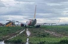[VIDEO] Nỗ lực đưa máy bay trượt khỏi đường băng ở Tân Sơn Nhất trở lại sân đỗ