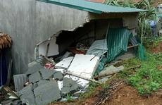 Giông lốc gây sập tường nhà tắm đè chết bé trai 3 tuổi, mẹ trọng thương
