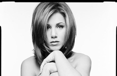 Jennifer Aniston đấu giá ảnh khỏa thân làm từ thiện