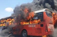 Xe giường nằm bốc cháy dữ dội giữa trưa nắng, 18 hành khách thoát chết