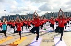 Gần 3.000 người tham gia ngày Quốc tế Yoga