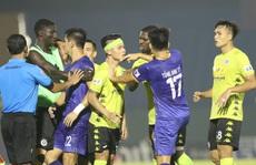 HLV Park Hang-seo chứng kiến Quang Hải đổ máu, cầu thủ 2 đội căng thẳng suýt đánh nhau
