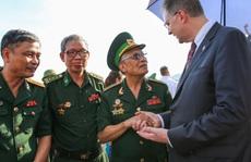 Đại sứ Mỹ thăm cầu Hàm Rồng cùng cựu chiến binh Việt Nam