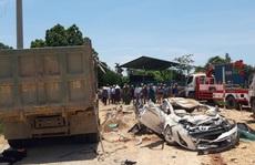 CLIP: Khoảnh khắc xe 'hổ vồ' đè bẹp xe con làm 3 người chết, 1 người bị thương