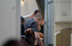 Hình ảnh phi công người Anh trên 'siêu' máy bay rời Việt Nam về nước