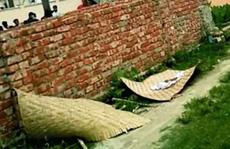 Đau xót cảnh bé gái bị quật mộ bỏ bên vệ đường vì kẻ cuồng tín