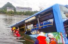 Trung Quốc: Nhà bị giải toả, tài xế lao xe buýt xuống hồ, làm 16 người chết