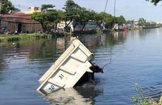 Tài xế tri hô mất thắng trước khi xe ben lao xuống kênh Tàu Hủ