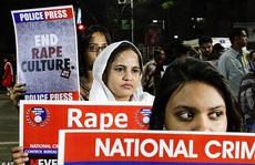 Có thai sau khi bị cưỡng hiếp, con gái bị cha siết cổ chết