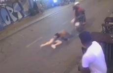 Hai thiếu niên táo tợn kéo lê cô gái trẻ ở  phố Tây