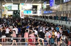 CLIP: Hành khách đông nghẹt, vật vờ chờ  đợi ở sân bay Nội Bài trong mùa du lịch