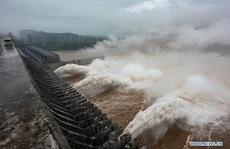 Nước cuồn cuộn đổ về, đập Tam Hiệp 'an toàn vượt qua đỉnh lũ'