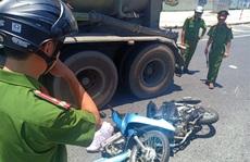 Dừng đèn đỏ, một phụ nữ bị xe đầu kéo tông đứt lìa tay chân