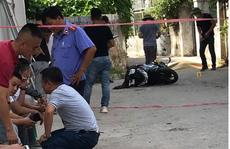 Đang đi xe máy, người phụ nữ bất ngờ bị người đàn ông chặn lại, đâm tử vong