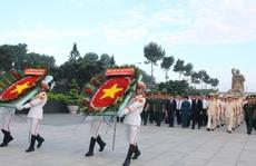Sáng sớm, lãnh đạo TP HCM, Quân khu 7 dâng hương tưởng niệm các anh hùng liệt sĩ