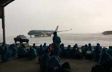 Cấp cứu 2 hành khách khó thở trên chuyến bay đón 129 bệnh nhân Covid-19 từ Guinea Xích đạo