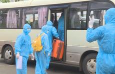 Cận cảnh chuyển viện nữ sinh viên mắc Covid-19 cùng 23 người tiếp xúc gần