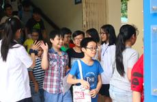 Xúc động tình nguyện viên cõng thí sinh vào điểm thi