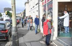 'Ngày hội cắt tóc' ở Anh: Nửa đêm đi xếp hàng, cửa tiệm nhấp kéo đến sáng