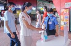 Người dân Hà Nội cẩn trọng đeo khẩu trang phòng chống dịch Covid-19