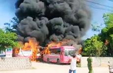 Bất thường 6 ôtô 29-45 chỗ đưa đón công nhân bốc cháy dữ dội