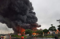 CLIP: Cháy lớn ở khu công nghiệp, lửa và cột khói cao hàng chục mét