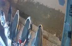 Clip: Trộm xe tay ga táo tợn trước tiệm hớt tóc ở quận Bình Tân