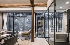 Ngôi nhà có sân lát gương