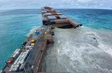 Tàu dầu mắc cạn bị xẻ làm đôi, 'thiên đường' Mauritis than khóc