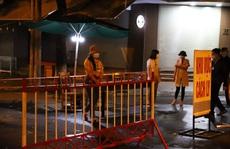 Nửa đêm, người dân đội mưa chờ nghe lệnh dỡ bỏ phong tỏa phòng chống Covid-19