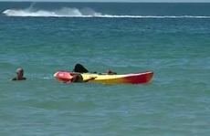Tổng thống Bồ Đào Nha lao ra biển cứu 2 phụ nữ chới với