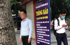 Người đàn ông không đeo khẩu trang 'tạo dáng' chụp ảnh cạnh biển thông báo chống dịch Covid-19
