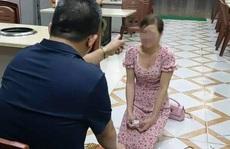 Bị chủ nhà hàng bắt quỳ và dùng dép đánh vào mặt, cô gái ngã ra sàn nhà bất tỉnh