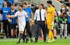 Bị chế giễu đội tóc giả, HLV Conte đòi 'ăn thua' với tiền vệ Sevilla