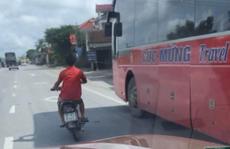 CLIP: Người đàn ông đi xe máy lạng lách, đánh võng trước đầu ôtô, phóng ngược chiều