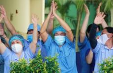 Xúc động thời khắc dỡ phong tỏa Bệnh viện Đà Nẵng
