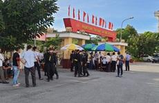 Vợ Đường 'Nhuệ' lần đầu ra tòa cùng chồng và nhóm đàn em trong an ninh thắt chặt