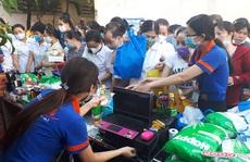 Phiên chợ '0' đồng phục vụ công nhân khó khăn