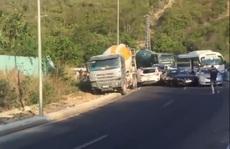 Khánh Hòa: Xe trộn bê tông ủi hàng loạt ôtô