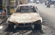 TP HCM: Ô tô bốc cháy giữa đường, tài xế tung cửa thoát thân