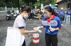 Tình nguyện viên rửa tay, tiếp lửa cho sĩ tử thi tốt nghiệp THPT