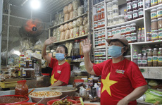 Chùm ảnh, clip: Các tiểu thương mặc áo cờ đỏ sao vàng, truyền thông điệp 'Đà Nẵng ơi, cố lên!'